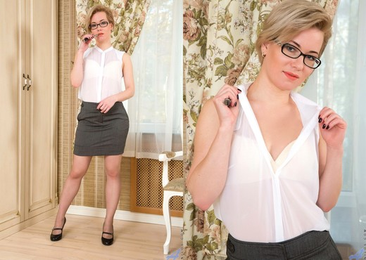 Lisa Young - Thigh Highs - Anilos - MILF Hot Gallery