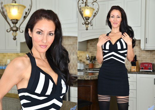 Olivia Bell - Sultry Beauty - MILF Picture Gallery