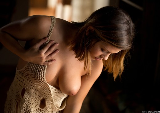 Keisha Grey Takes Off Her Top - Solo Sexy Photo Gallery