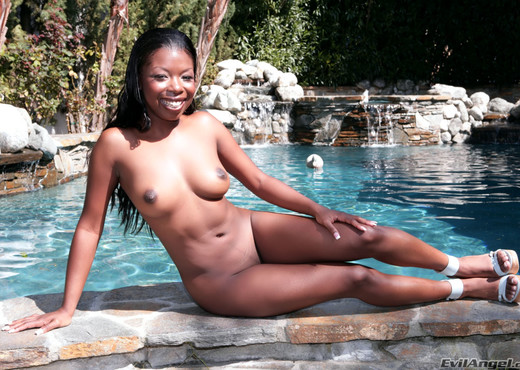 Michelle Wild - Graphic DP #02 - Ebony HD Gallery