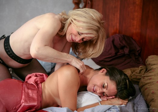 Nina Hartley, Stephanie Swift - Nina Loves Girls - Lesbian Hot Gallery