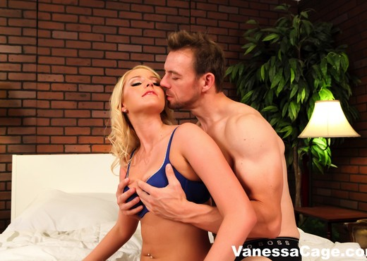 Bubble Butt Vanessa Cage gets her big ass oiled up - Hardcore Nude Gallery