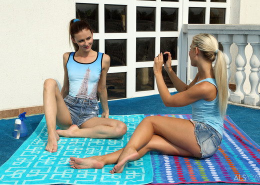 Kate Sin, Lola - Snapshot - ALS Scan - Lesbian Image Gallery
