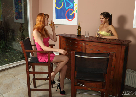 Anny Aurora, Gina Gerson - Working for Tips - ALS Scan - Lesbian TGP