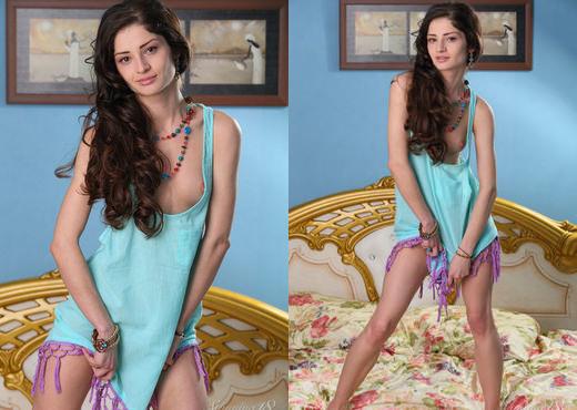 Presenting Roxana - Stunning 18 - Teen HD Gallery