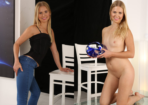 Violette - Wet and Pissy - Toys Picture Gallery