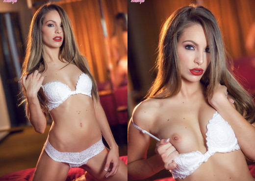 Kimmy Granger - Golden Gal - Twistys - Solo Nude Pics