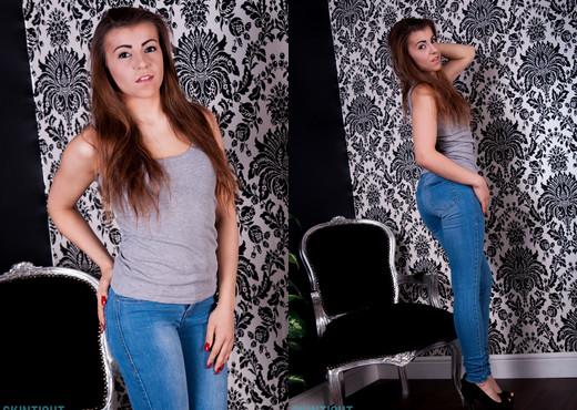 Sara Parker - Sarah Jeans - Skin Tight Glamour - Solo TGP