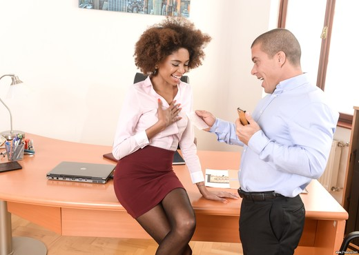 Luna Corazon - Interracial Office Orgasm - 21Sextury - Ebony HD Gallery