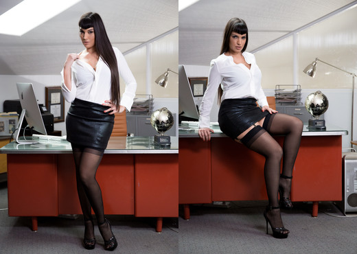 Leggy MILF Mercedes Carrera seduces a male coworker in the office lunchroom  734503