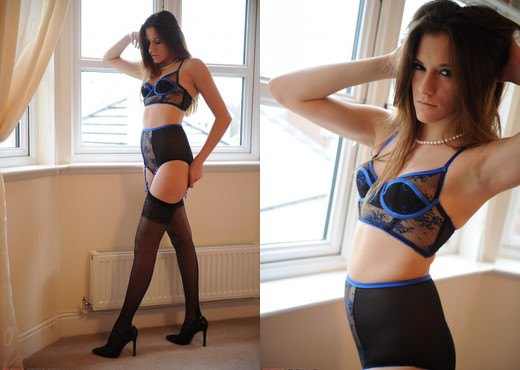 Becky Perry - Black And Blue - Girlfolio - Solo HD Gallery