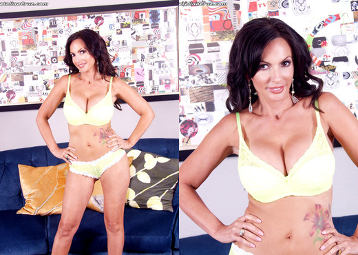 Catalina Cruz in a yellow bra and panties playing - Solo TGP