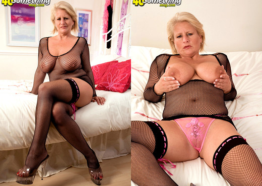 Robyn - 40 Something Mag - MILF HD Gallery