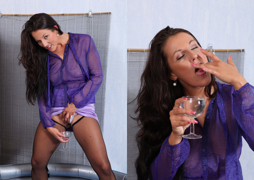 Wet and Pissy - Valentina Ross covers herself in warm piss - Toys Image Gallery