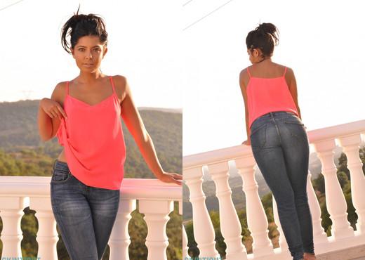 Cara De la hoyde - Cara Jeans - Skin Tight Glamour - Solo Image Gallery