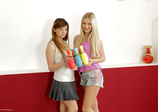 Cayla and Loreen play skittles with their piss - Lesbian HD Gallery