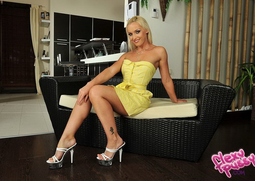 Kathia Nobili - Flexy Pussy - Toys Sexy Photo Gallery