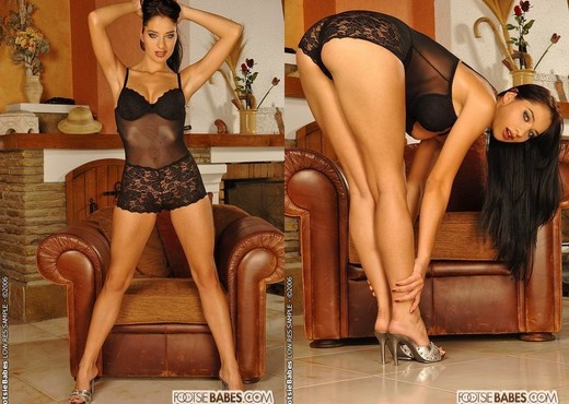 Lara Stevens - Footsie Babes - Feet Nude Gallery