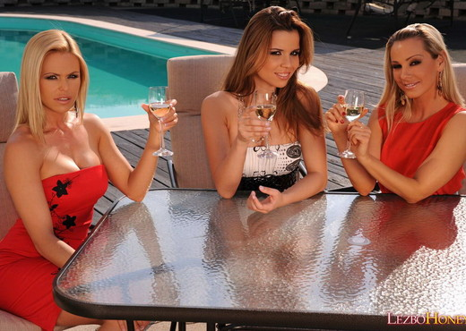Lesbian Threesome Action with Sandy, Peaches & Wivien - Lesbian Sexy Gallery