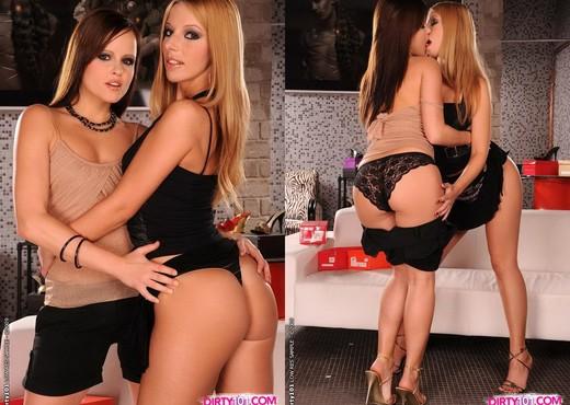Jo & Debbie White Eating Pussy - Lesbian Porn Gallery
