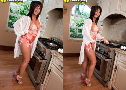 Brandi Fox - Today's Breakfast Special: Brandi's Ass - MILF Sexy Photo Gallery