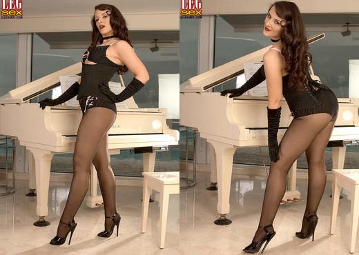 Caroline Pierce - Thick Thighs, Big Ass, Fucked Pussy - Feet Image Gallery