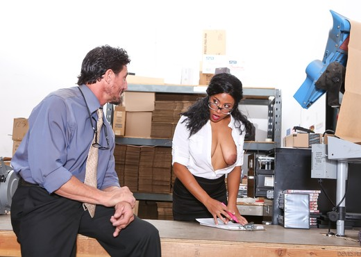 Quinn Quest - Big Tit Office Chicks - Ebony Sexy Gallery