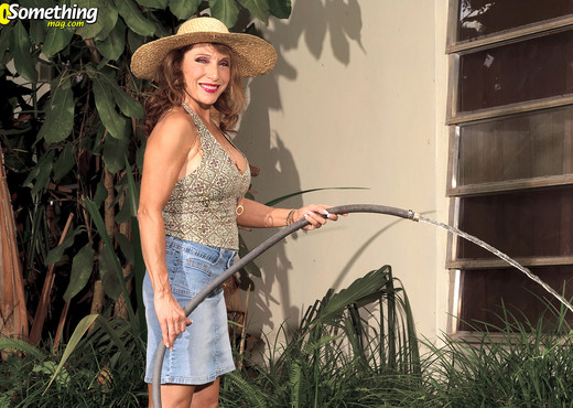 Luna Azul - Luna Isnt Much Of A Gardener - 40 Something Mag - MILF TGP