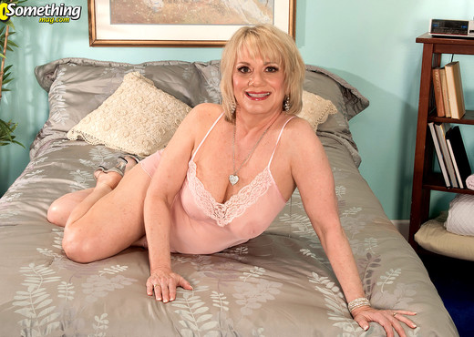Sindy - Pictures For The Guys At My Next Party - MILF Image Gallery