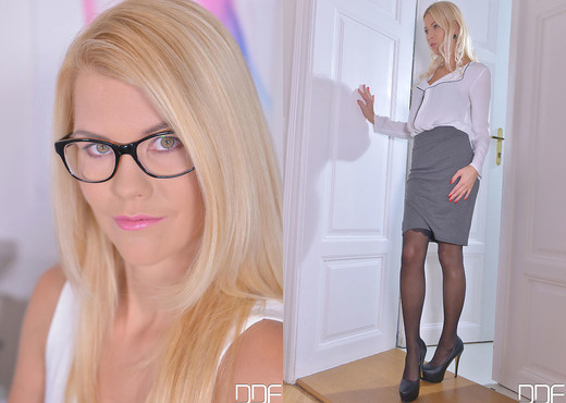 Sensual Sensation During Office Hours - Foot Fetish - Feet TGP