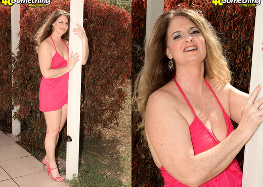Jeri Does - Making Tounges Wag - 40 Something Mag - MILF Sexy Gallery