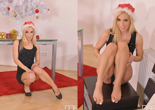 Merry Masturbation - Watch Her Orgasm in Virtual Reality! - Feet Picture Gallery