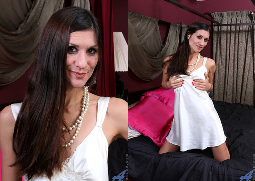 Leah Harris - Amateur Milf - Anilos - MILF Picture Gallery