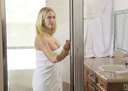Kagney Linn Karter, Preston Parker - Wet And Busty - Hardcore Porn Gallery