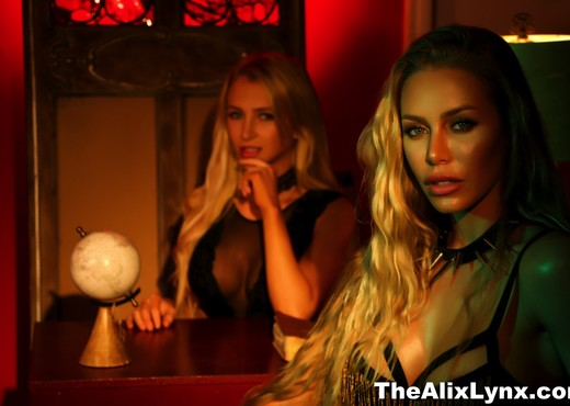 Alix takes some sexy pics with Nicole Aniston - Alix Lynx - Lesbian Picture Gallery