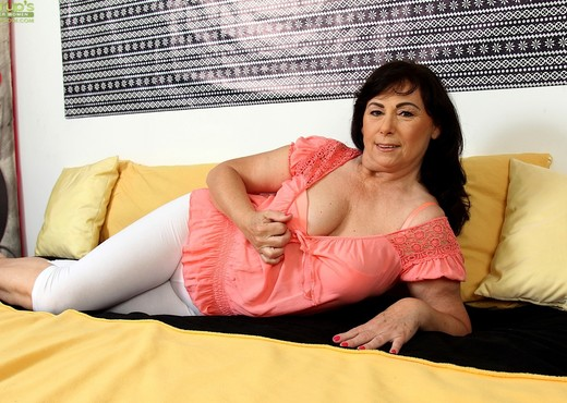 Busty mature amateur Kata fingers her older pussy - MILF Picture Gallery