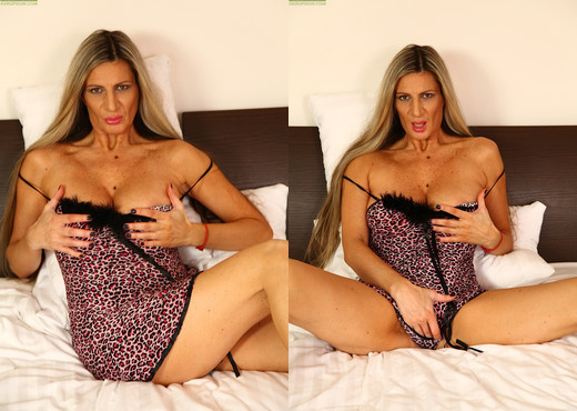 Busty cougar Mercedes Silver fingers her snatch - MILF Image Gallery