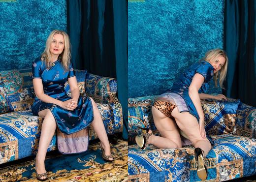 Older blonde babe Emma Turner spreads her shaved twat - MILF TGP