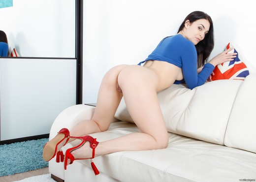 Hannah Vivienne - Gape On The Couch - 21Sextury - Anal Image Gallery