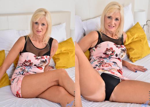 Roxana Hanova - Natural Tits - Anilos - MILF Porn Gallery