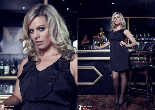 Kate Banks - In The Club - More Than Nylons - Solo Picture Gallery