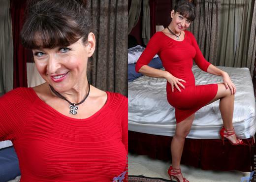 Belinda Brush - Spread Legs - Anilos - MILF Nude Gallery