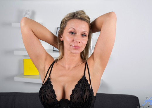 Queenie - Exposed - Anilos - MILF Nude Pics