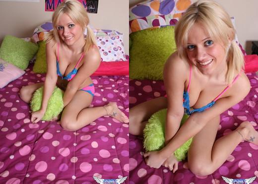 Danielle Lynn - Waiting For You - SpunkyAngels - Solo Nude Pics