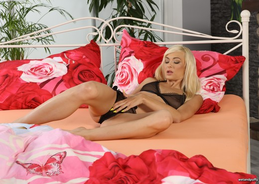 Blonde babe Lola Shine orgasms with a big dildo - Toys Image Gallery