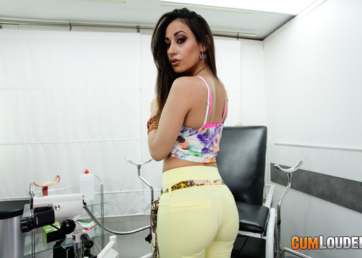 Lucia Nieto is in good hands - CumLouder - Hardcore HD Gallery