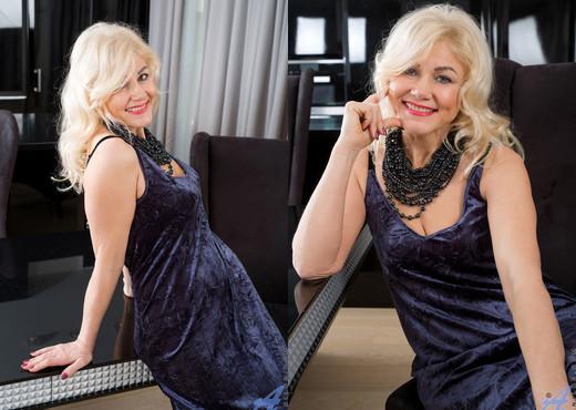 Sylvie - Classic Beauty - Anilos - MILF Nude Pics