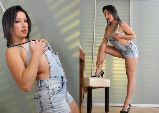Ariel Wuze toys her juicy puffy pussy and cums - Toys Picture Gallery