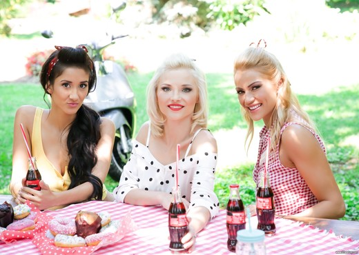 Cherry Kiss, Zazie Skymm, Darcia Lee - Pin-up Picnic - Lesbian Nude Pics