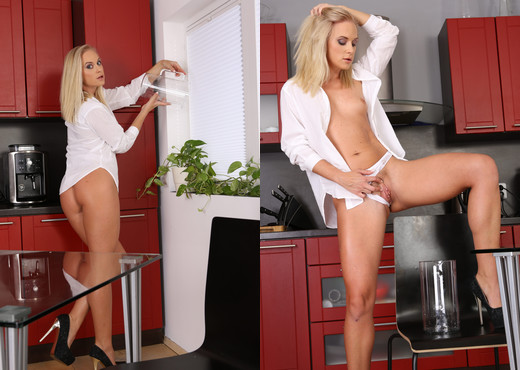 Gorgeous blonde Vinna Reed tastes her own piss - Toys Porn Gallery